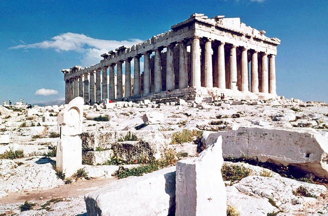 希腊雅典卫城修建于公元前5世纪,集古希腊建筑与雕刻艺术之大成。雅典卫城是希腊最杰出的古建筑群,阿克罗波利斯建造的神庙,是综合行的公共建筑,为宗教政治的中心地。现存的主要建筑有山门、帕特农神庙、伊瑞克提翁神庙、埃雷赫修神庙等。这些古建筑无可非议的堪称人类遗产和建筑精品,在建筑学史上具有重要地位。迄今保存下来的大量的珍贵遗迹,集中展示了希腊的古代文明。 雅典卫城门票信息 卫城门票12欧元,包括古市集、罗马市场、Keramikos、奥林匹亚宙斯庙和狄俄尼索斯剧院,门票有效期4天。  雅典卫城风光 雅典卫城&md