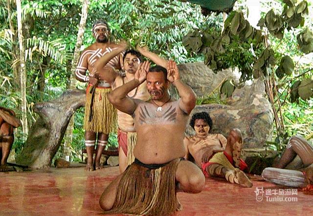 库兰达热带雨林自然公园位于昆士兰凯恩斯的库兰达镇,占地面积100公顷,于1976年开园。此地区曾经用作咖啡和热带水果的种植,之后开辟为自然公园。 库兰达热带雨林自然公园内的雨林是世界上最为古老而又神秘的热带雨林之一,充分让人感受像《侏罗纪》探险电影里的热带雨林,它告诉我们不仅电影中有古老的雨林,自然公园的雨林也是神秘而又充满刺激的。库兰达热带雨林自然公园提供三种多样化的游玩方式:乘坐独有的两栖水陆两用军车穿梭热带雨林和热带水果园,欣赏帕玛吉丽土著民族舞蹈表演及走进黄金时代走廊以及观赏考拉和野生动物园。