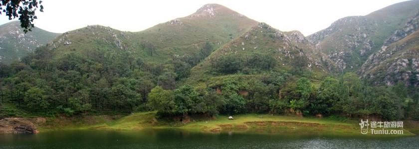 紫云山自然风景区位于怀柔县城北20千米处的怀北镇椴树岭村,距东直门