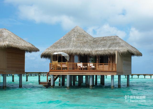 海景豪华巴洛斯别墅 Baros Villa Baros Villa海景豪华巴洛斯别墅不管是在室内还是室外均有宽敞的舒适空间。别墅建造在沙滩上,所以你可以肆意地享受海滩美景、私人日光甲板。柚木地板、高挑的天花板以及舒适浪漫风格的床一切的一切都在悄悄诉说着浪漫。 客房配有:1.可控制的空调冷气 2.