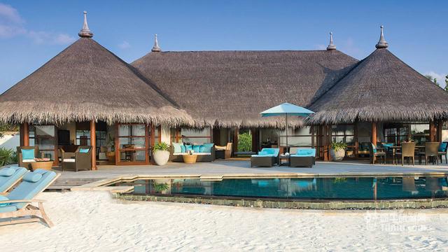四季库达岛酒店又可译为四季酒店-库达呼拉岛,距离马尔代夫首都马累大约20公里,乘快艇需要25分钟到达。 从茅草屋顶到美丽的白色石头墙,四季酒店认真地追溯数世纪前的当地材料和本地工匠的建造技术和全部建筑细节,充分反映出一个马尔代夫群岛的真实感觉,为了让游客有一份完美的体验。屋顶取材于马尔代夫的茅草编织,地板使用柚木,家具选用透气的藤柳,搭配原木与明亮颜色,一切都回归于自然的舒适。 这个岛屿非常适合带小孩的朋友,是一所非常人性化得酒店。酒店餐饮和选择余地也非常不错,而且有中文服务人员。岛不大,但是提供电瓶车