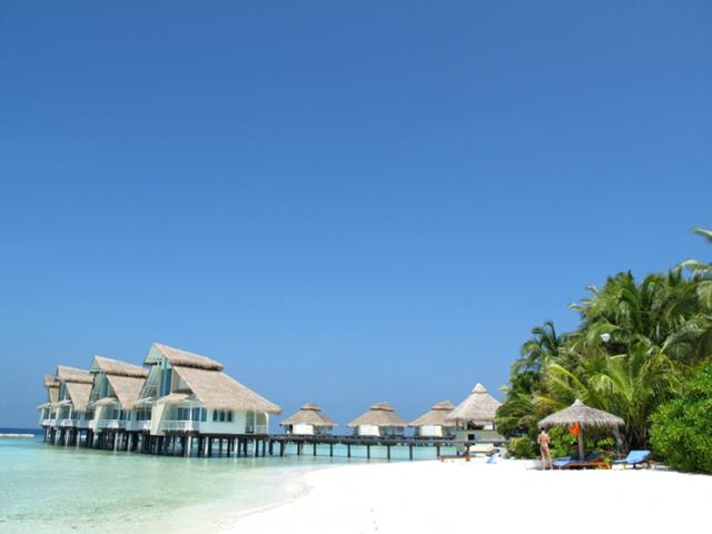艾拉胡岛有46间沙滩别墅,独栋设计分单层和双层,门外就是大海的美景.