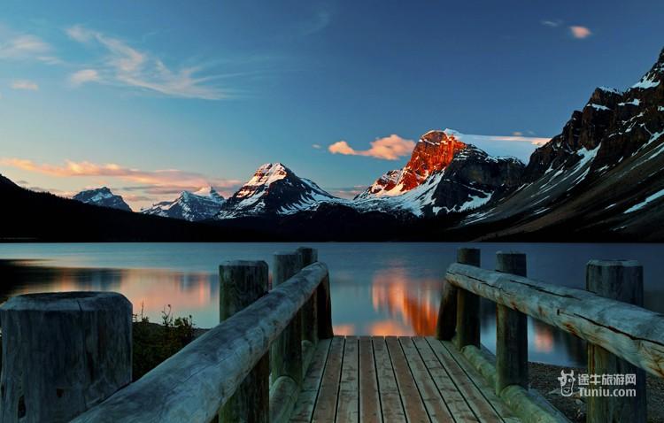 倒映在湖中,风景秀美