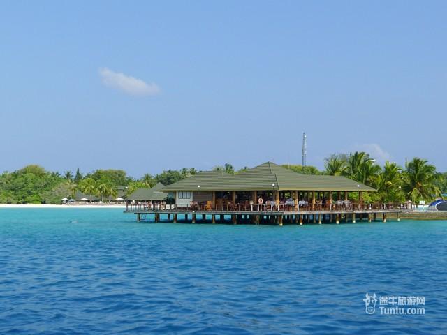 """天堂岛之所以称为""""天堂"""",除了因为海水特别清澈,沙粒特别细腻之外,最大原因莫过于那座宏伟豪华,被誉为全世界最大的岛上酒店 Atlantis Paradise Island酒店了。住在这里的游客,每一眼看到的都是风景,从绝色的海滩到顶级的海水,还有争奇斗艳的各种鲜花。无论是坐在酒店美丽的餐厅里就餐,还是在海边帐篷下喝着咖啡,亲历海岛的风云变换,从阴郁、狂风暴雨到晴空万里,最令人难忘的是那海的蓝,那是一种纯纯的粉蓝。 天堂岛又叫桃源岛,位于马累北环礁,是Villa Hotels旗下的著名酒店,1994年"""