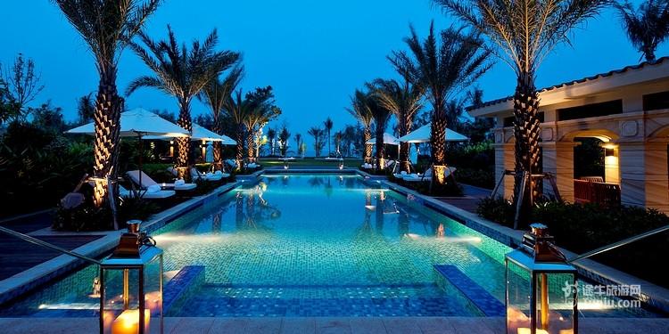 """三亚海棠湾康莱德酒店坐落在风景如画的""""国家海岸""""海棠湾的黄金地段。距离三亚市仅28公里,到三亚国际机场仅30分钟路程。酒店的别墅均隐建于僻静的热带花园中,与天然专属的沙滩仅一步之遥,风光旖旎的海棠湾美景尽收眼底。 101套装饰奢华时尚的欧式私家别墅及客房,尽揽南中国海的迷人海景、葱郁的热带花园及别墅景致。每间别墅均设有私家泳池、日光躺椅及花园亭台。毗邻沙滩的泳池及张扬着欧式贵气的园中泳池让游客领略康莱德的真我奢华、唯游客独享。  4个风格独特的餐厅及酒吧让游客足不出户即可享受东西美食"""