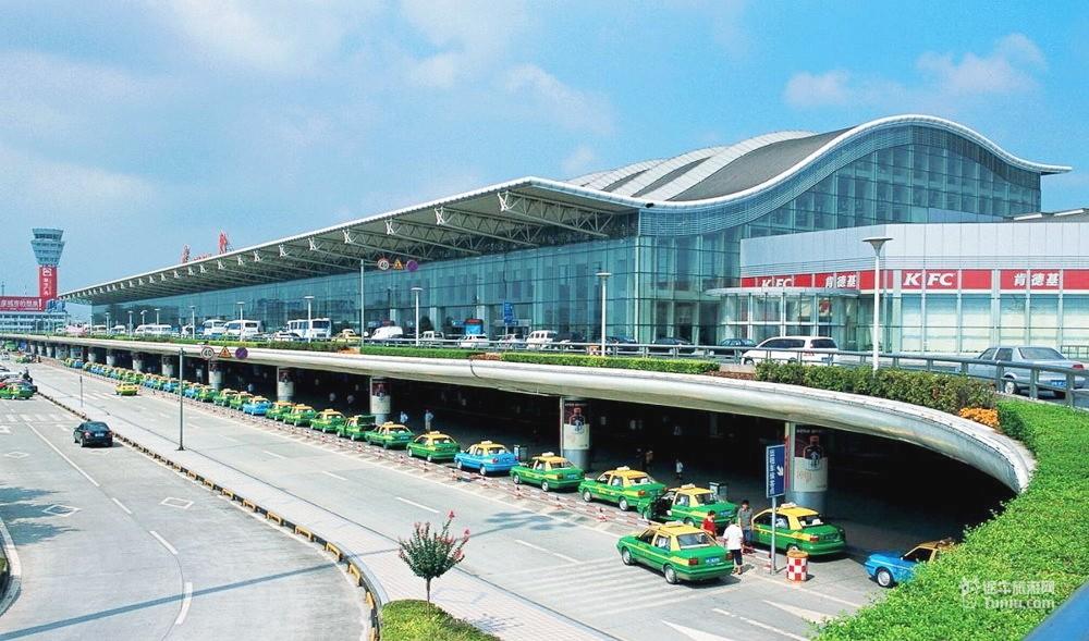 成都飞机场 目前,成都前往德国法兰克福,一般通过北京、上海、香港等地中转,也有部分旅客通过成都直飞阿姆斯特丹再中转,耗时至少15个小时,多数为21个小时。据国航西南分公司相关负责人介绍,成都至法兰克福具体航班号为CA431/2,使用空中客车A330-200执行,每周二、五、日从成都起飞,去程CA431,1时30分从成都起飞,当地时间6时10分到达法兰克福机场;回程CA432,14时15分从法兰克福起飞,北京时间6时10分回到成都,空中飞行时间9小时左右。这将大大节约旅客们在空中停留的时间。 国航订票热线