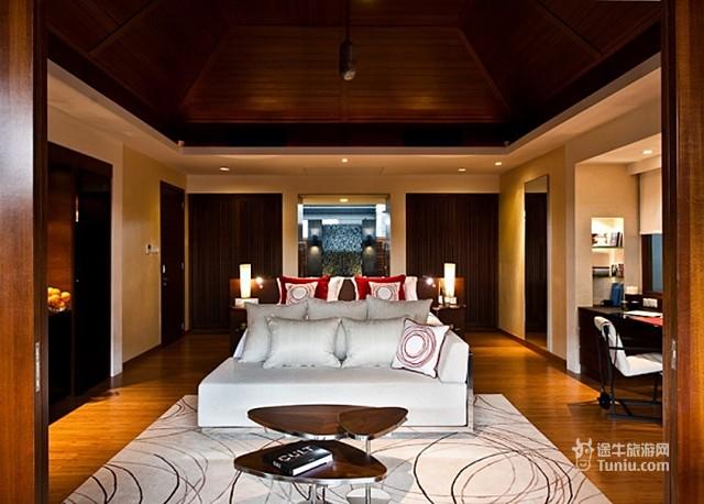 尼亚玛岛位于马尔代夫妮兰朵南环礁,距离马累90公里,仅需乘坐40分钟的水上飞机就能从马累机场抵达。它是Per AQUUM酒店集团继芙花芬之后的又一精彩之作,于2012年全新开业,其定位较芙花芬更为年轻时尚。水上凉亭,一栋栋的独立别墅,白色的沙滩。徘徊在生命和自然的边缘。郁郁葱葱的绿色,清澈的水晶蓝,不论是室内还是室外都一样的舒适。酒店拥有一个水下的NIGHT CLUB,是马尔代夫唯一的水下夜总会。 电话:+960 6762 828 传真:+ 960 6762 676 电子邮件:info@niyama.